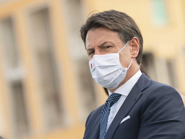 """Conte esclude il lockdown ma non convince Meloni: """"Usano il virus per le elezioni"""""""