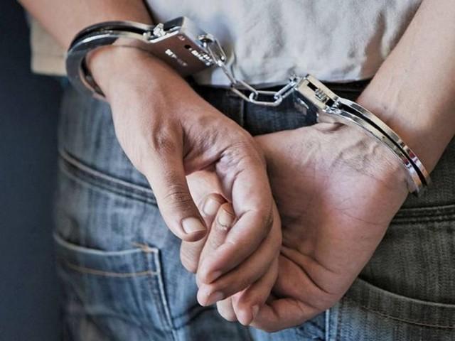 Evade i domiciliari, picchia donna e ruba auto: arrestato straniero