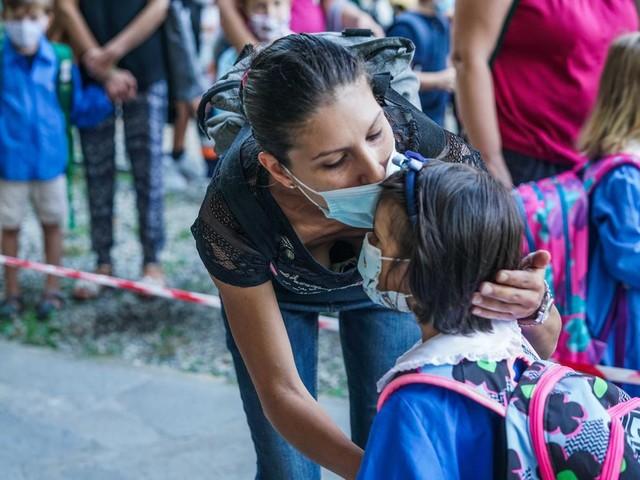 Campania, dopo 2 settimane di scuole chiuse i contagi continuano ad aumentare: è la prova che chiudere non serve a nulla