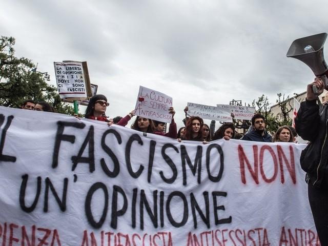 Lucano alla Sapienza, cori e striscioni antifascisti davanti all'università