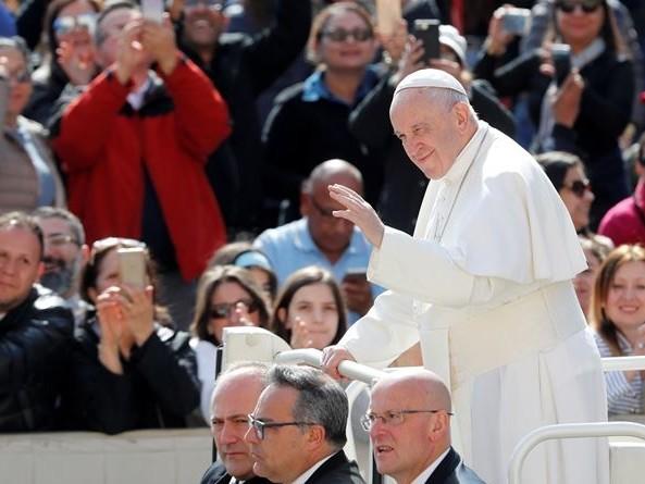 """Il papa: """"E' tempo di spegnere la Tv, staccare il cellulare e aprire la Bibbia"""""""