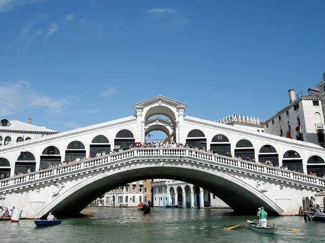 Barca si schianta su una diga a Venezia, 3 morti e un ferito