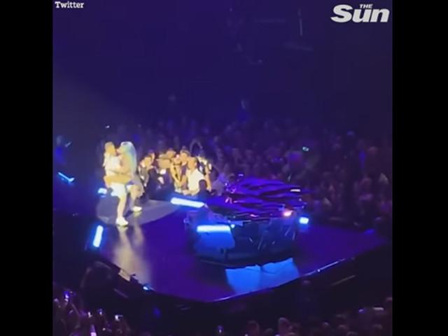Lady Gaga cade dal palco a Las Vegas/ Video, fan la prende in braccio ma scivola