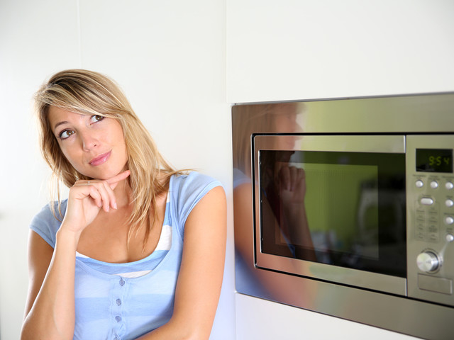 9 cose da non mettere nel microonde