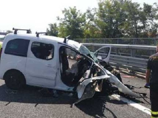 Dramma in autostrada, padre e figlio morti sul colpo: tornavano dal lavoro