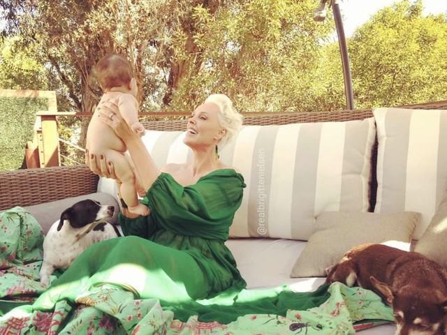 L'emozione e la fatica di Brigitte Nielsen di diventare mamma a 54 anni