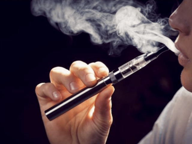 Fuma sigaretta elettronica e muore: è il primo caso al mondo. Altre 200 persone con gli stessi sintomi
