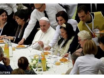 Papa pranza con i poveri: auguriamoci il bene l'uno dell'altro