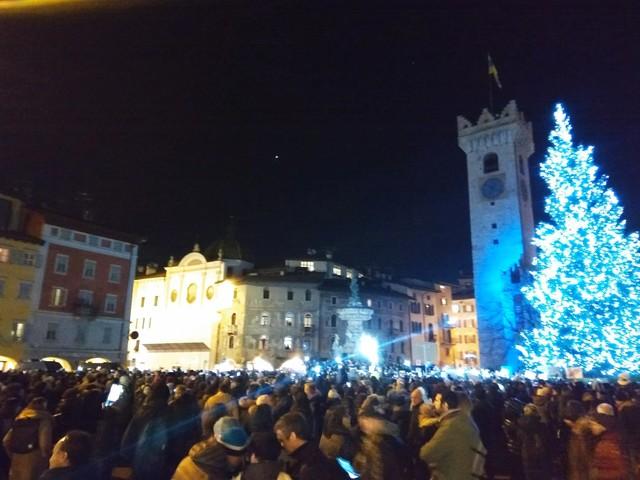La grande invasione delle «sardine» seimila in piazza Duomo a Trento a cantare «Bella Ciao»