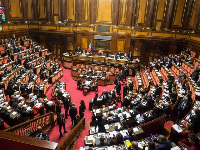 In Italia siamo ancora al 'canagliume' crociano, ovvero i politici che fanno finta di essere devoti