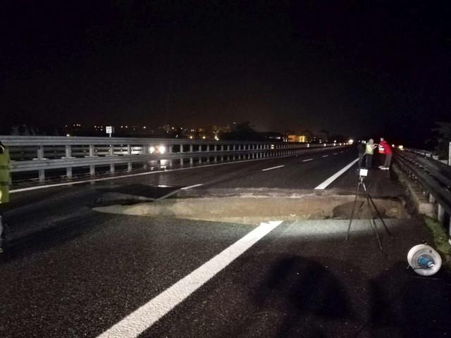 Maltempo,voragine sulla Torino-Piacenza: un'auto la evita per un soffio