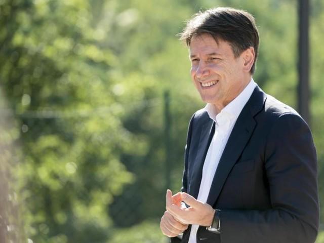 Agli italiani piace Conte: il premier sale nel sondaggio ma il suo governo cala di gradimento
