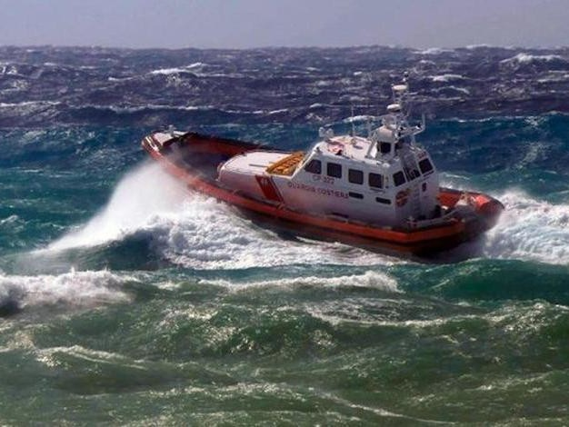 """Odissea sul """"barchino"""" dall'Algeria alla Sardegna: muoiono in 5, i loro corpi gettati a mare"""