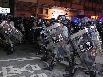 Hong Kong, continua la sfida al divieto di indossare maschere. Metro e treni fermi dopo vandalismo