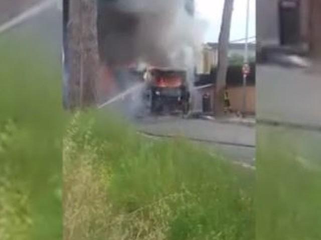 Altro bus in fiamme a Roma: paura per un gruppo di studenti
