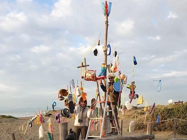 Fiumicino: sulla spiaggia un albero di Natale addobbato con i rifiuti che arrivano dal mare