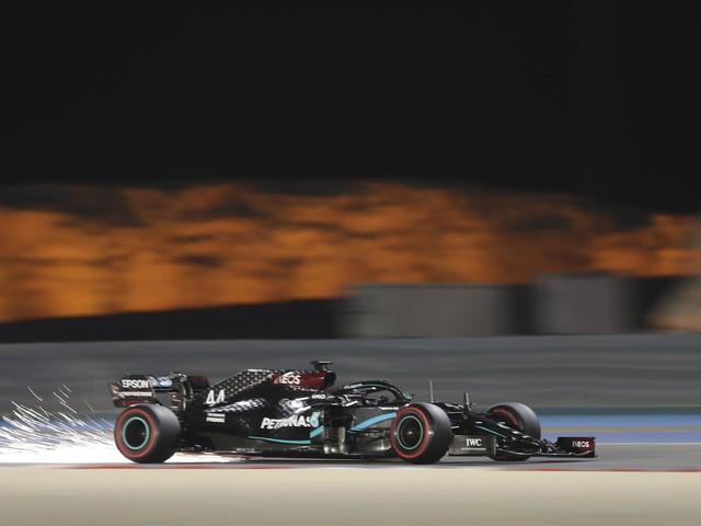 F1, GP Bahrain 2020: Hamilton pole position e record della pista. Indietro le Ferrari