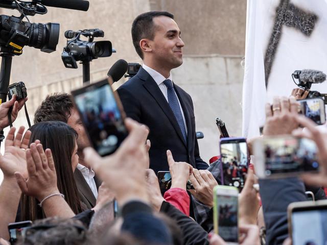 Di Maio candidato premier e leader di M5s. Nel backstage di Italia 5 Stelle lungo colloquio di Fico con Casaleggio, Di Maio e Grillo
