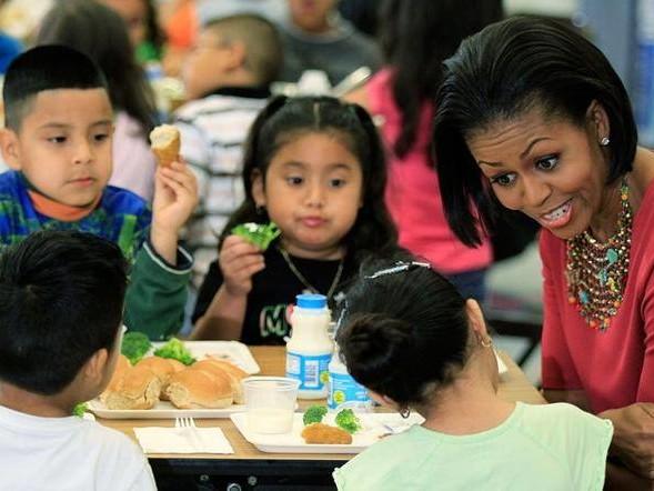 Trump: via i menù verdi dalle scuole, schiaffo alla legge di Michelle Obama