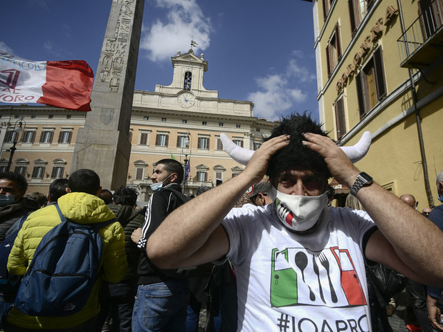 Si accende lo scontro politico sulle riaperture e sale la protesta in piazza
