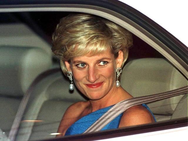 """Kristen Stewart sarà Lady Diana nel film """"Spencer"""". E ora la regina trema per i tradimenti"""