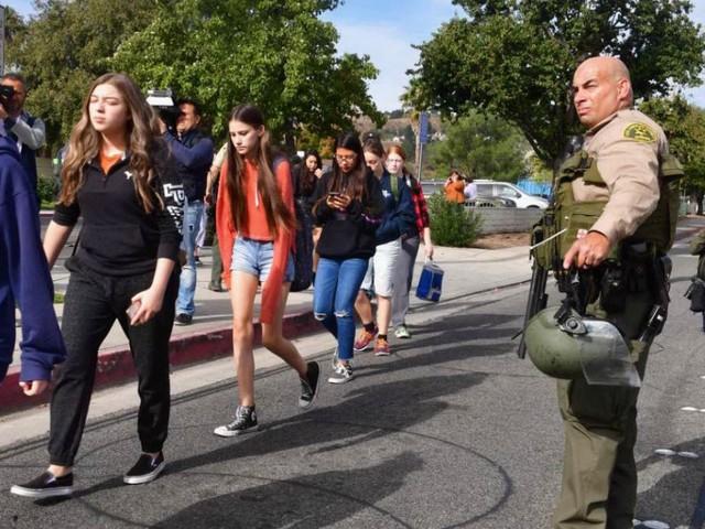 California, studente 16enne spara in un liceo di Santa Clarita: due morti e un ferito grave