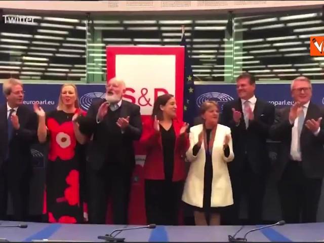 Gentiloni e i commissari socialisti cantano 'Bella ciao' al Parlamento Ue