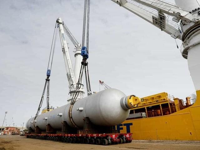 Al porto salpano due reattori da 3 mila tonnellate: «Record per lo scalo di Marghera»