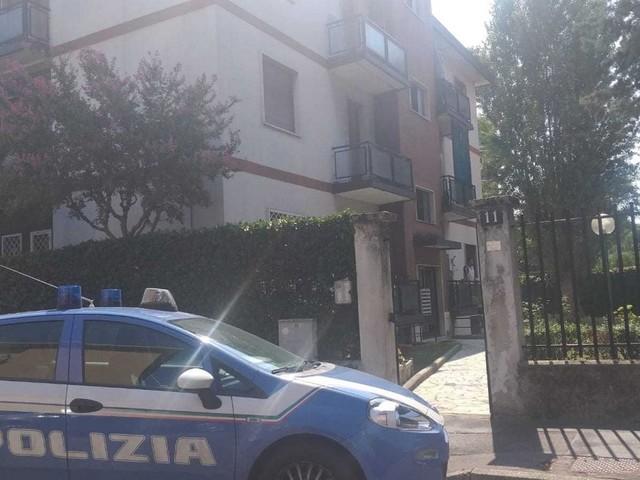 Milano, cadavere impiccato al balcone e un altro corpo accoltellato in casa: probabile omicidio-suicidio a Baggio