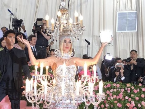 Da Sophie Turner a Katy Perry, le star eclissate dai propri stessi outfit al Met Gala 2019