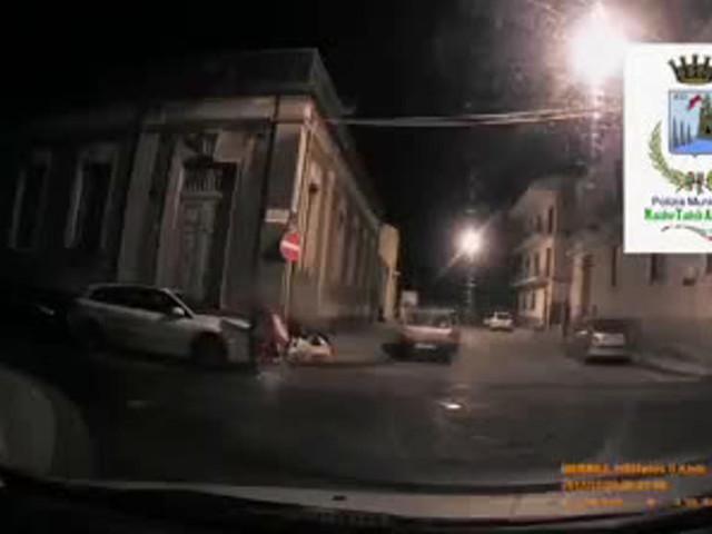 Il sindaco di Acireale ci riprova: filmato e multato chi non fa la differenziata | VIDEO