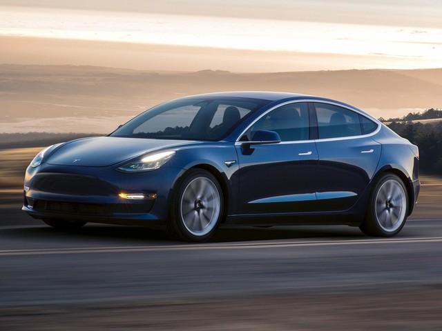 Tesla Model 3: produzione in crescita, centinaia di unità in consegna