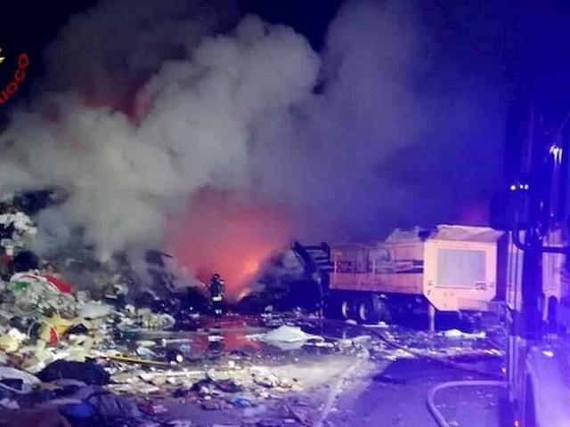 Aviano, incendio in un deposito rifiuti: scuole chiuse e finestre serrate