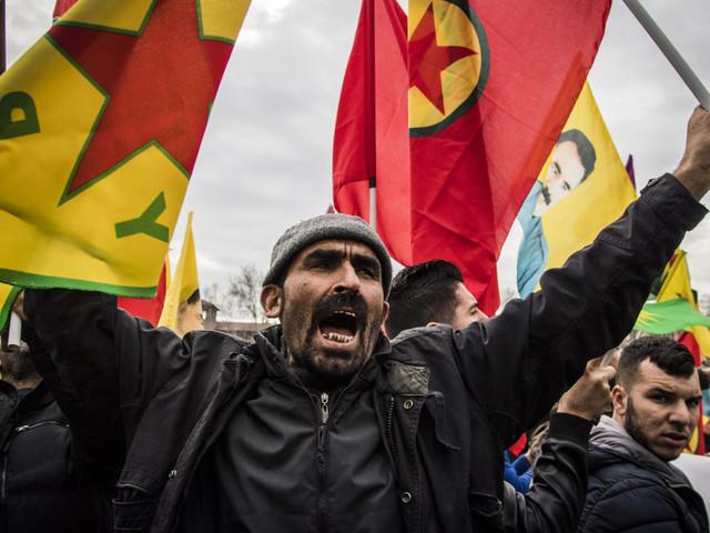 Scontri al sit-in contro Erdogan. Cariche della polizia, ferito un manifestante alla testa