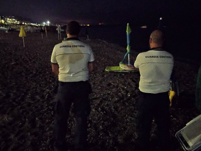 Ombrelloni e sedie ad occupare il posto, sequestri lungo il litorale di Cetraro