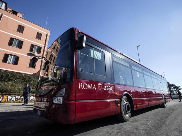 Roma: donna prende a calci ragazza sul bus, poi minaccia con le forbici il figlio di 5 anni