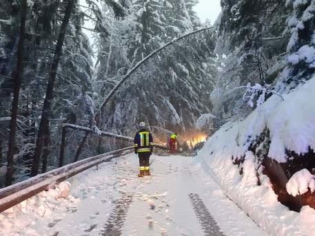 Apocalisse neve in Alto Adige; intere vallate isolate, auto bloccate. Il meteorologo: «Spero la previsione non si avveri»