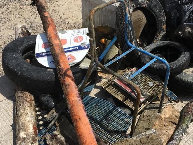 I volontari ripuliscono il lungomare di Santo Spirito: tra rifiuti spunta anche una palina del bus