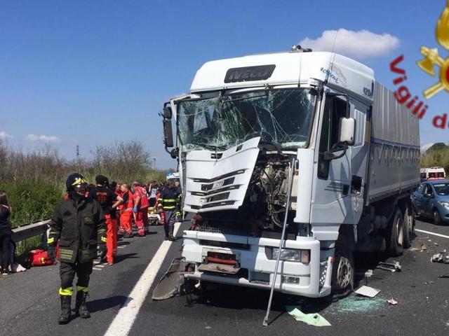 Pesaro, camion travolge auto: gravissimo un bimbo di 6 anni