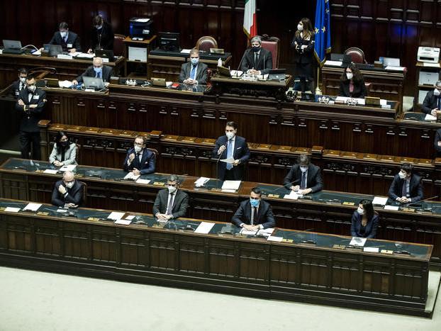 Camera, Conte difende il governo e cerca nuovi sostenitori in vista del voto di domani in Senato