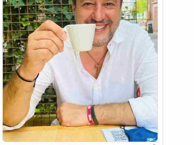 Matteo Salvini e la foto col QR Code sui social: si è vaccinato? Ha il Green Pass?