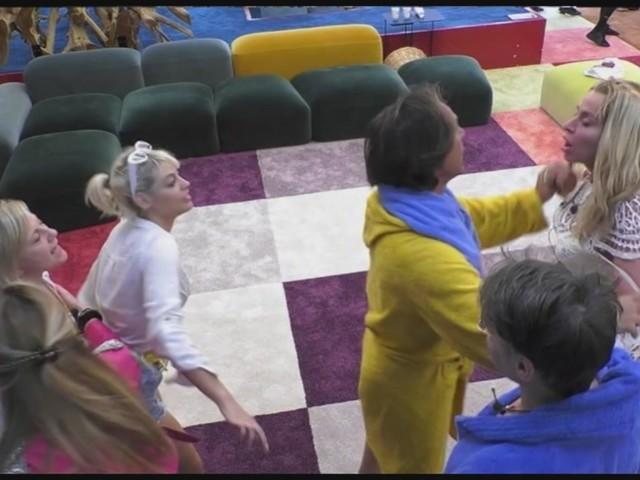 Grande Fratello Vip 4, Antonella Elia colpisce Valeria Marini: rissa in casa [VIDEO]