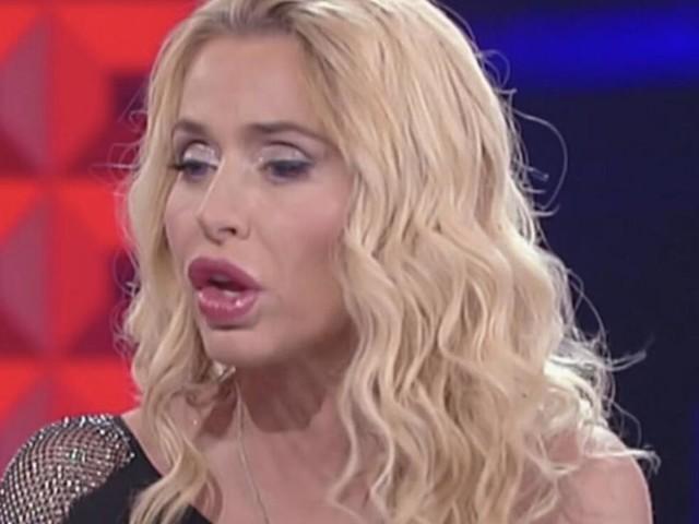 Supervivientes: Valeria Marini prima litiga con Lara, poi le chiede un bacio