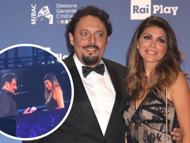 Enrico Brignano durante il suo spettacolo all'Arena di Verona fa la proposta di matrimonio alla compagna Flora Canto (Video)