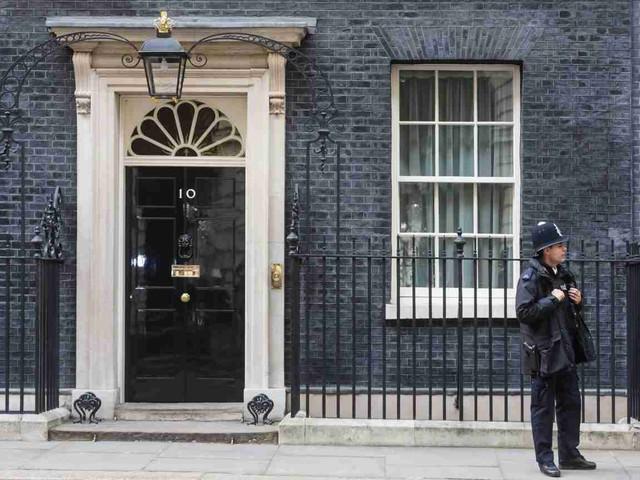 Theresa May in lacrime annuncia che lascerà l'incarico: la premier si dimette