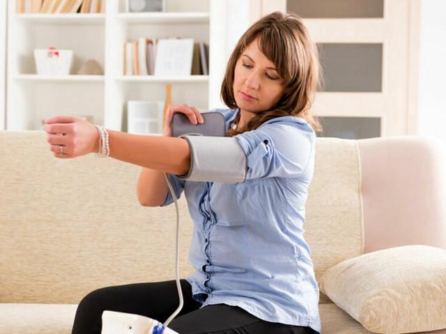 Il misuratore di pressione da braccio marcato Hylogy in offerta con il 46% di sconto