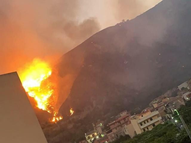 Incendio a Reggio Calabria, il dramma di Oliveto: fiamme tra le case, evacuazioni – FOTO