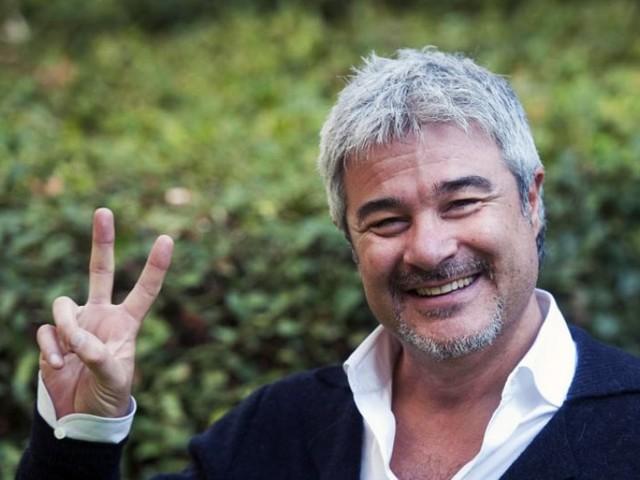 Pino Insegno, 60 anni, presto papà: il nome scelto per il quarto figlio (e il motivo)