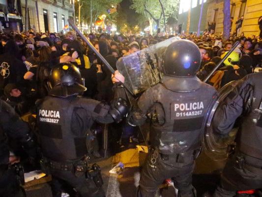 Catalogna, scontri tra manifestanti e polizia a Barcellona eGirona