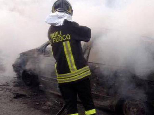 Prima il tamponamento, poi l'auto prende fuoco: al volante una mamma incinta